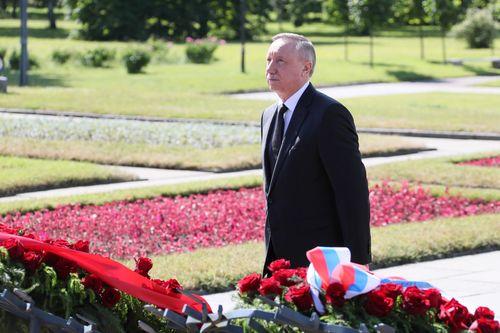 В память о погибших в годы Великой Отечественной войны  на Пискаревском мемориале возложены цветы и венки